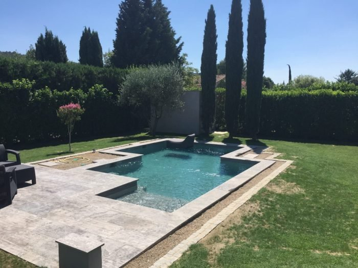 une piscine en béton projeté