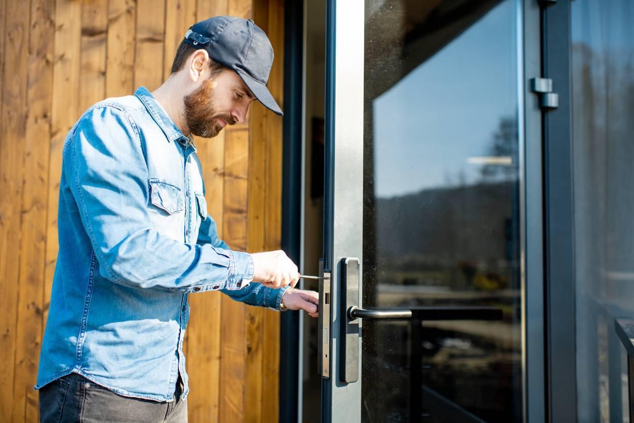 Ouverture d'une porte bloquée par un serrurier