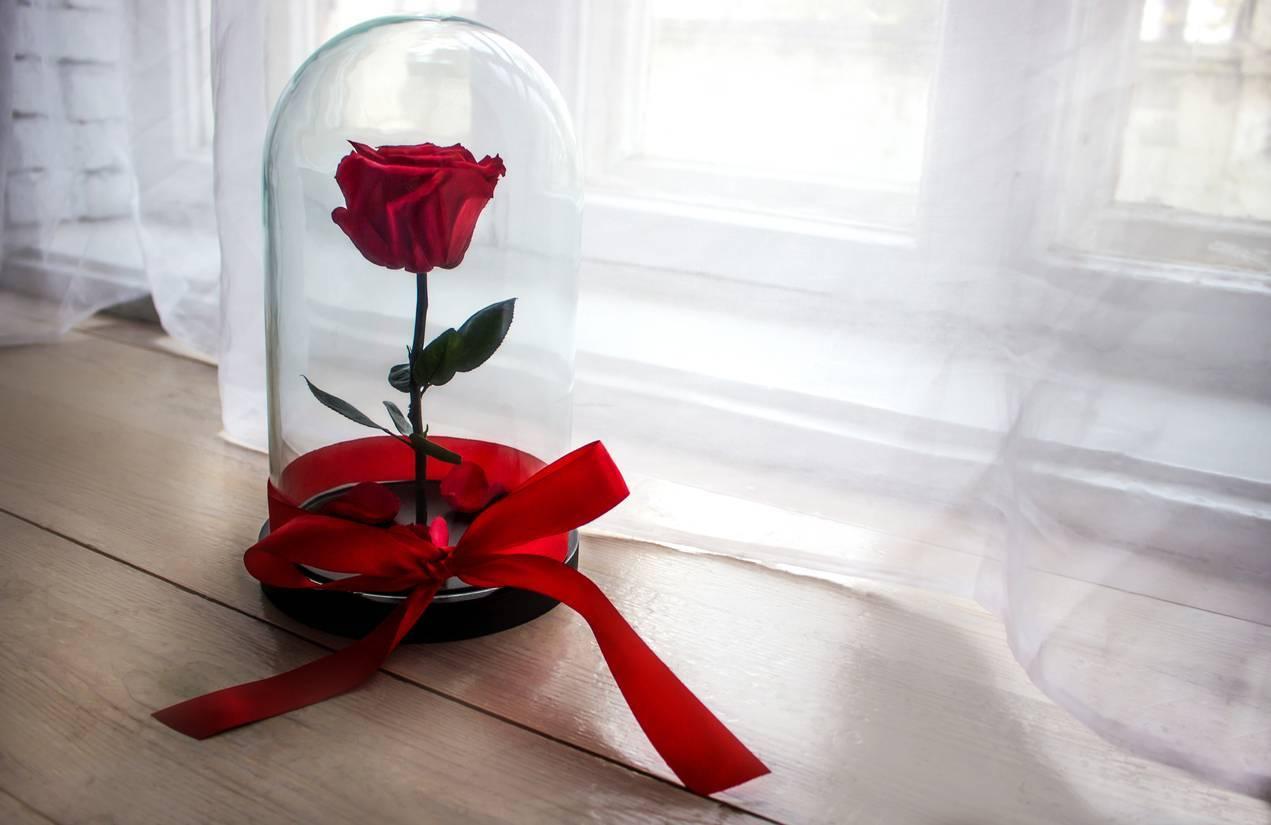 décoration fleurie avec rose éternelle